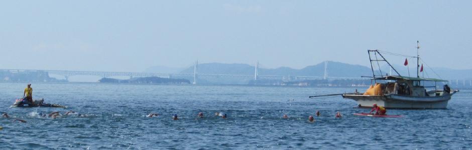 瀬戸大橋を望みながら、瀬戸内海をみんなで楽しく泳ごう!